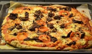 Færdig pizza med krydret oksekød