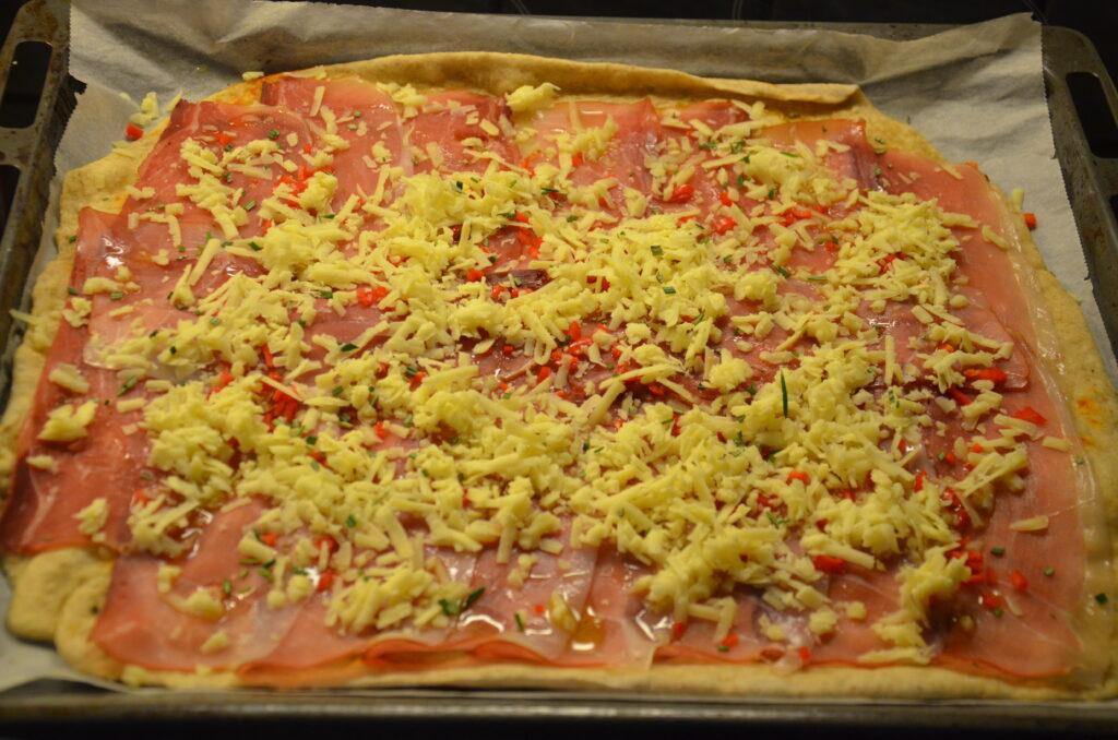 Pizzabund med skinke, ost og krydderier